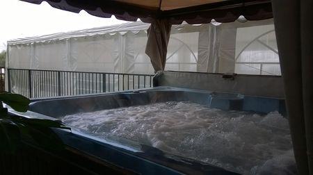 גקוזי ספא מקורה משקיף לבריכה מחוממת